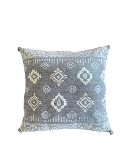 Boho etnik jastuk dekor i meditacija sivo beli sa pomponima