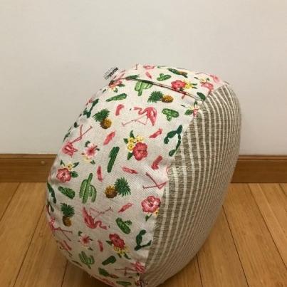 Okrugli joga jastuk tabure flaminzi i kaktusi iz profila