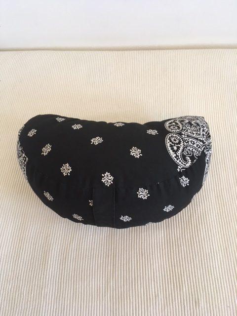 Joga jastuk za meditaciju polumesec Kašmir crno beli